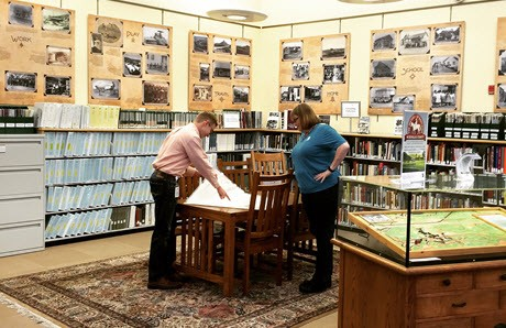Blake Graham und Shaun Boyd im Douglas County History Research Center