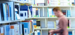 Student in der Bibliothek der University of Suffolk