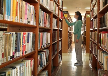 Woman browsing library shelves