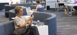 Imagen de un estudiante en The Claremont Colleges Library