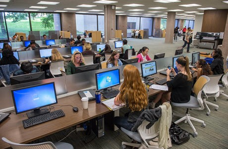 Estudiantes en los Learning Commons de Syracuse University Libraries usando computadoras