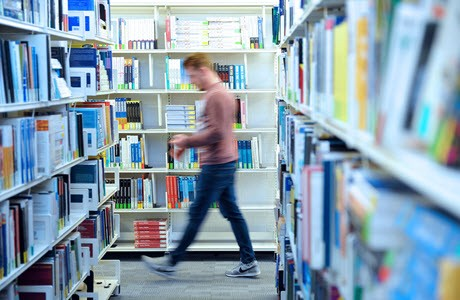 Studenten in de bibliotheek van de University of Suffolk