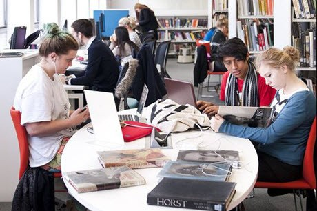 Studenten bij de bibliotheek van University of Arts London